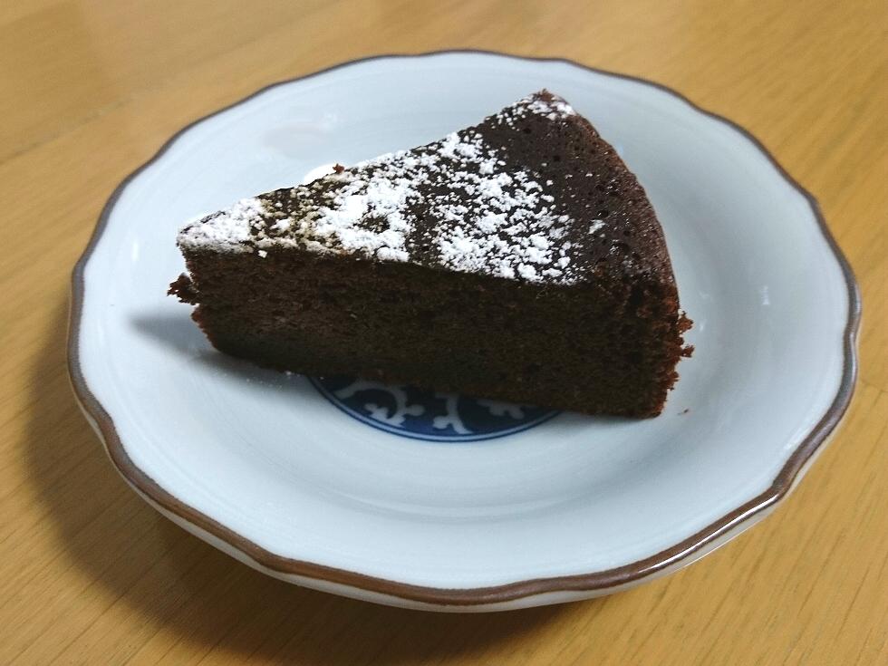 チョコレートケーキと岡山蒜山高原カカオ80%のちょっとビターな割れチョコレート